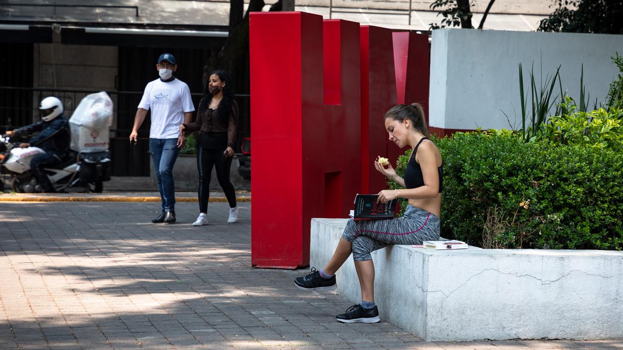 Miles de capitalinos relajan la cuarentena pese a récord de contagios en CDMX