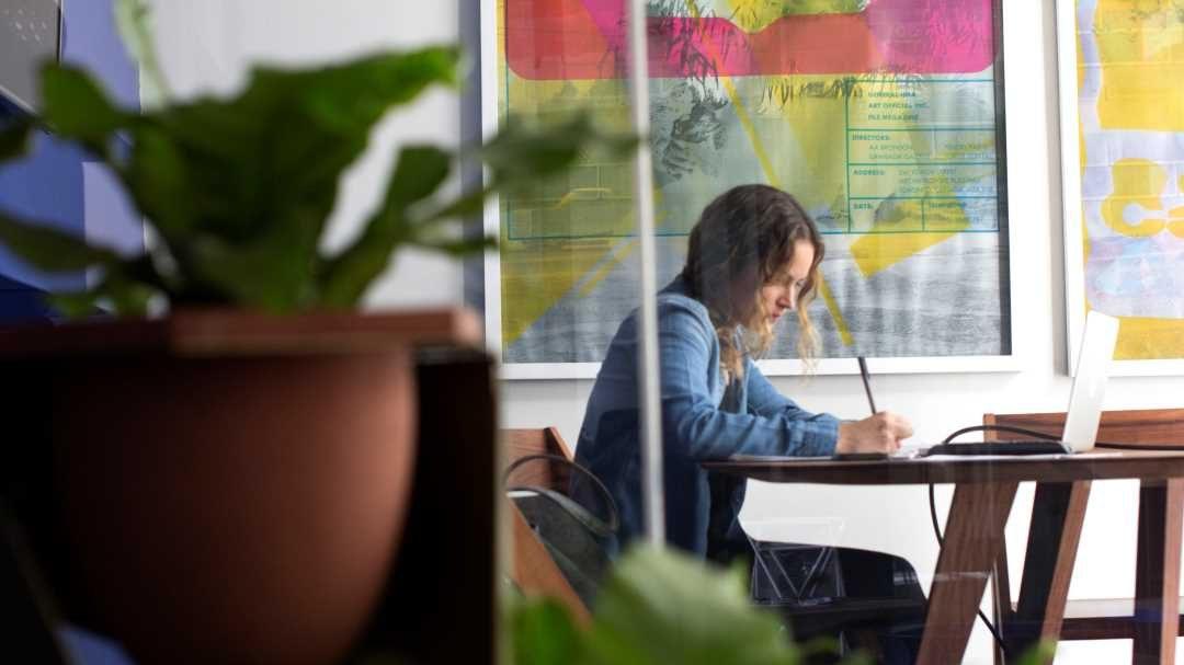 Público lleva la experiencia de coworking a casa