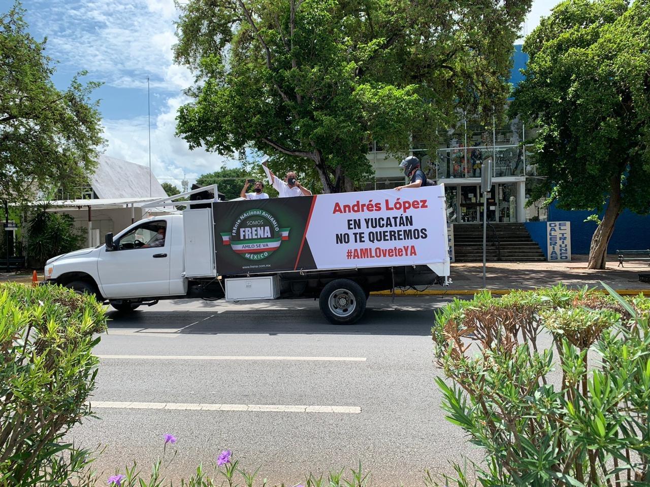 """Grupos """"antiAMLO"""" se manifiestan desde sus coches"""