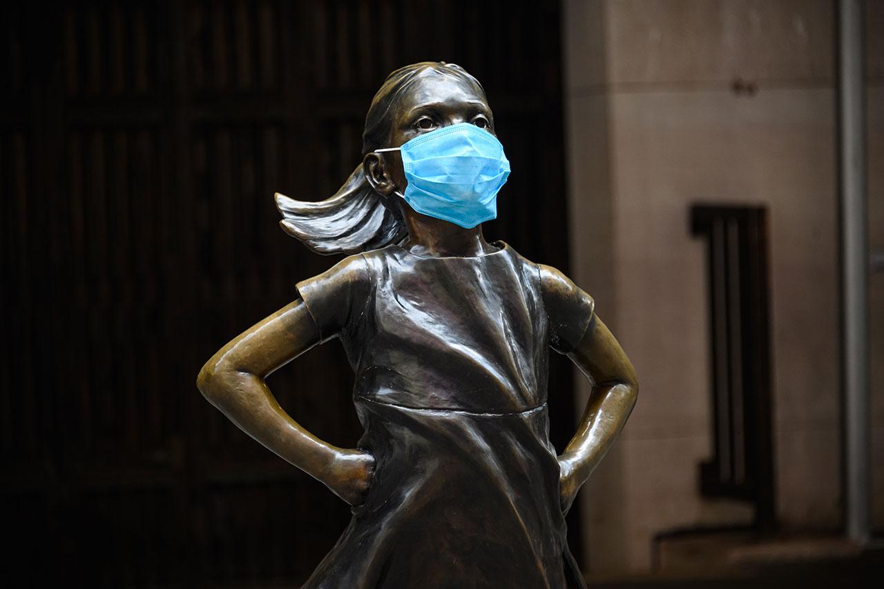Famosas estatuas del mundo se 'adaptan' y portan cubrebocas