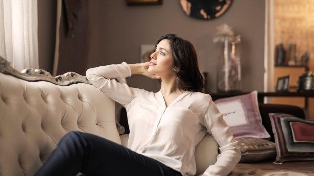 Mujer sentada en sofá