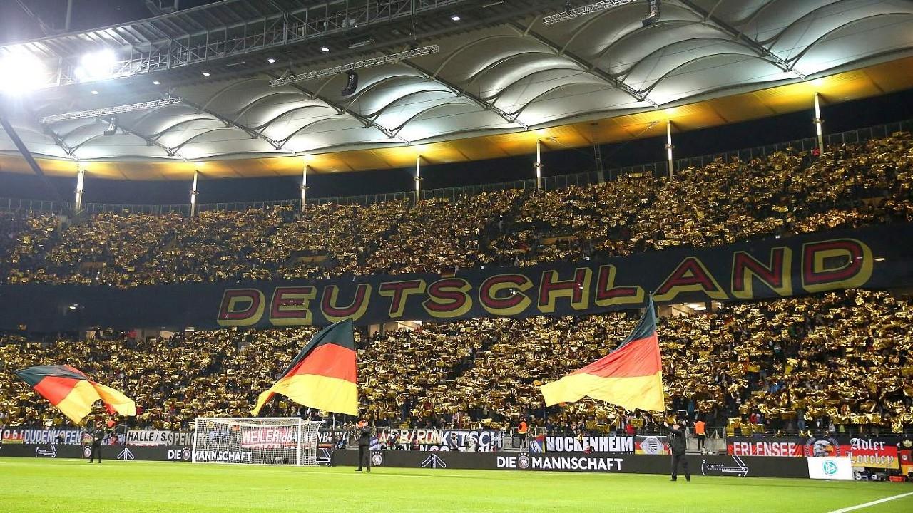 Alemania planea reabrir grandes tiendas y permitir el futbol a partir del 15 de mayo: fuentes
