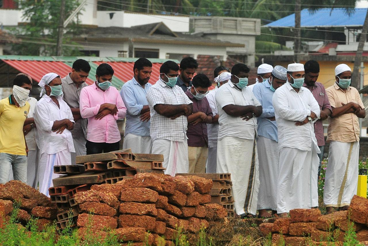 India supera récord diario de muertes por Covid-19 en medio de ciclón