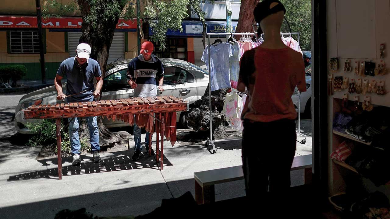 Músicos desempleados en México llevan melodías a las calles para ganarse la vida