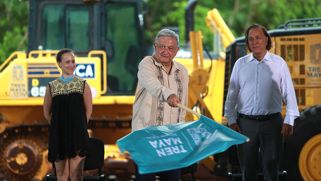 AMLO da banderazo a obras del Tren Maya