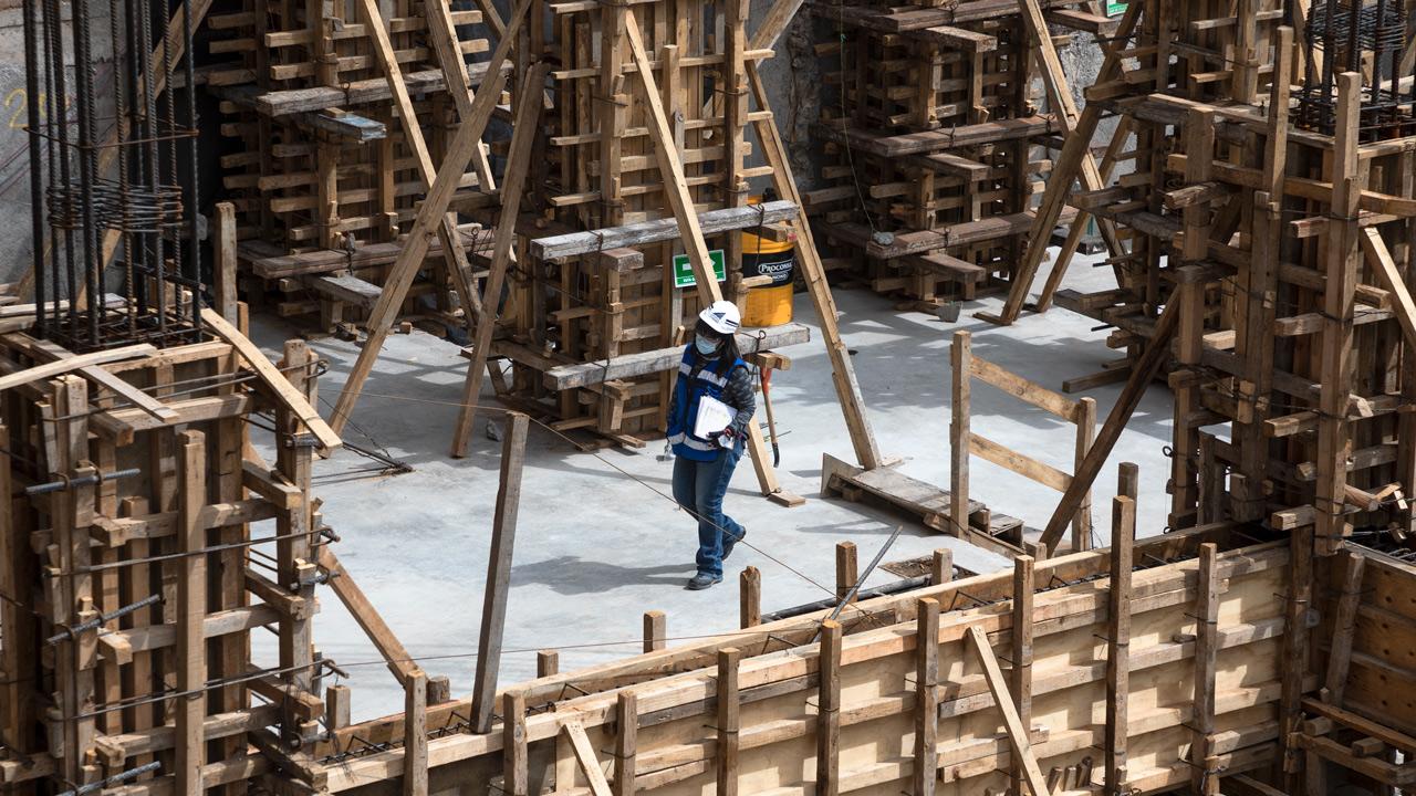 Producción industrial cae 3.3% en octubre; construcción, la más impactada