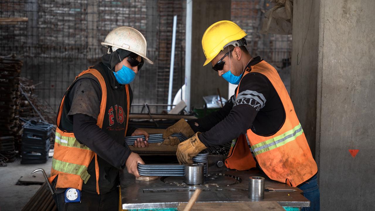 La producción industrial cae  4.9 % en enero en México