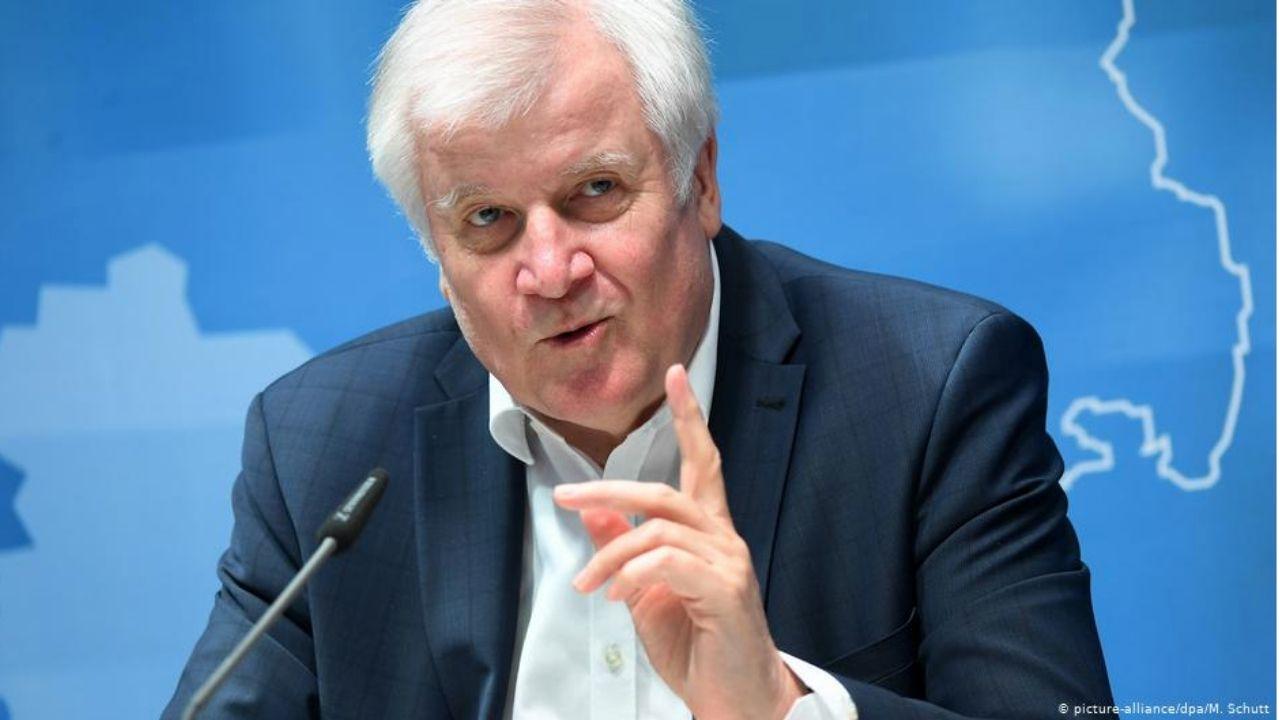 Ministro del Interior de Alemania denunciará a periodista por columna satírica