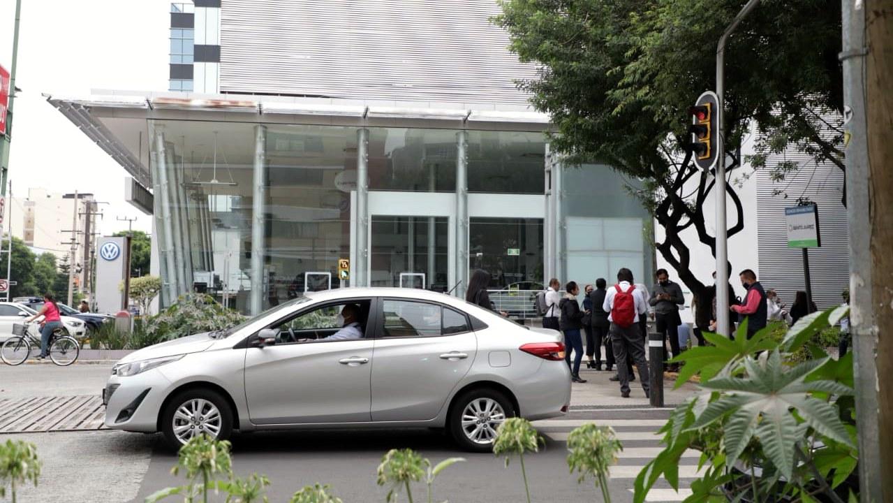 Proponen en CDMX sanciones por apartar lugares en la calle para estacionarse