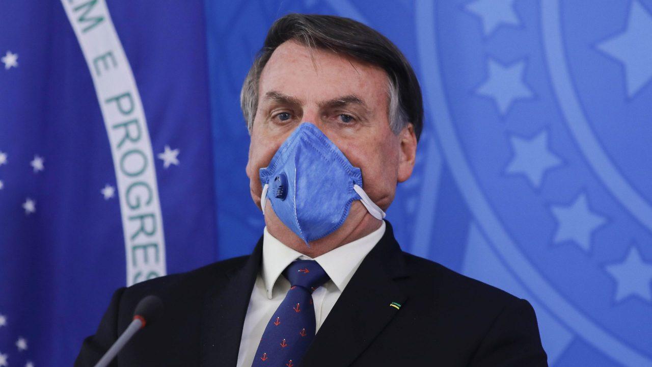 El 47% de los brasileños dice que Bolsonaro no tiene culpa de muertes por Covid-19: encuesta