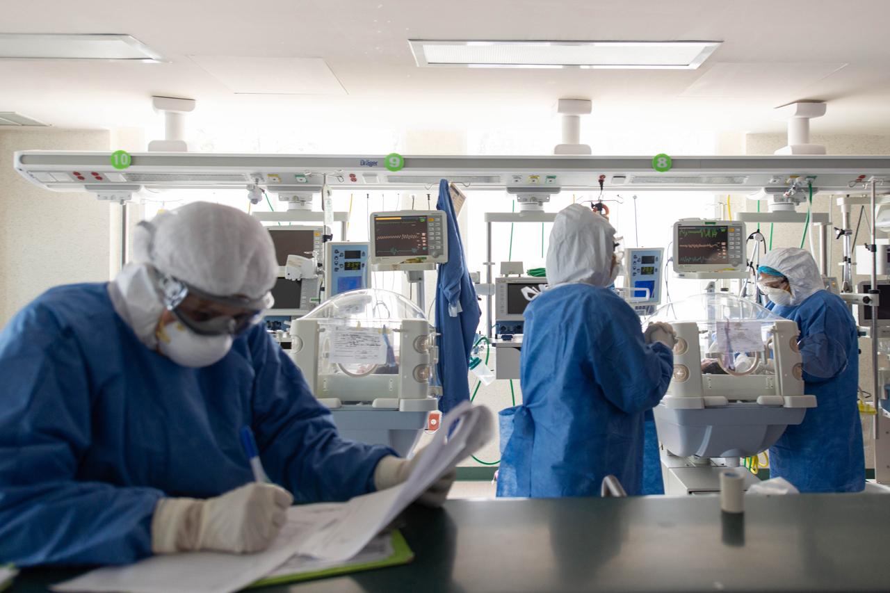 El mundo alcanza 19.4 millones de casos de covid-19, pero la curva de contagios se frena
