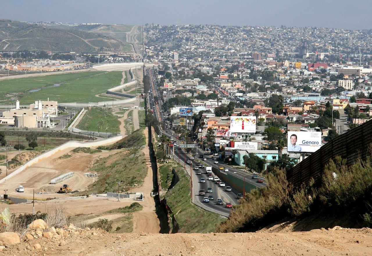 Las exportaciones de México a EU cayeron casi a la mitad en abril