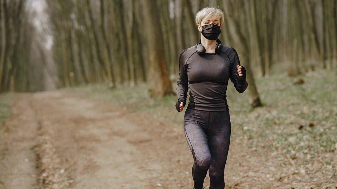 ¿Cómo elegir un cubrebocas para hacer deporte al aire libre?