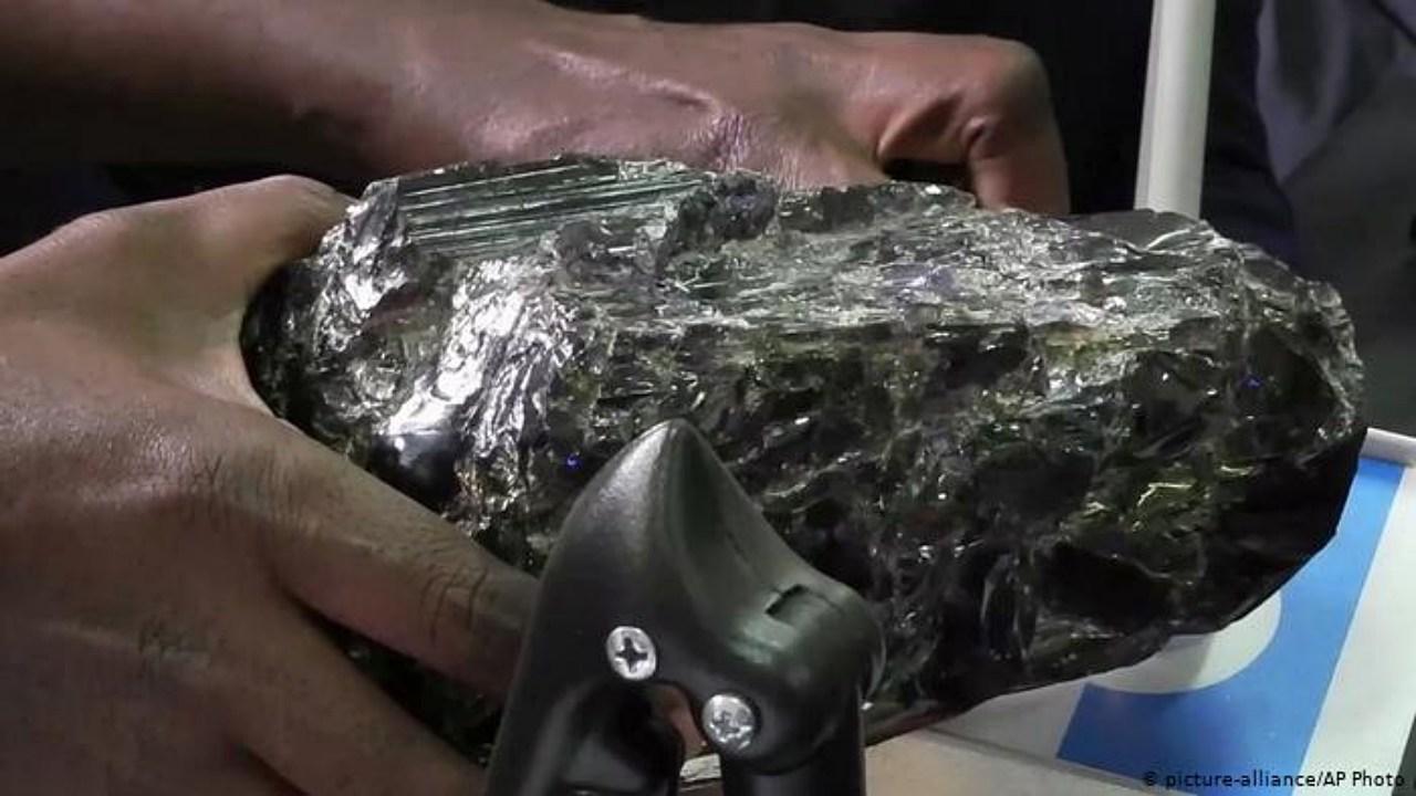 Minero de Tanzania hace una fortuna con enormes piedras preciosas