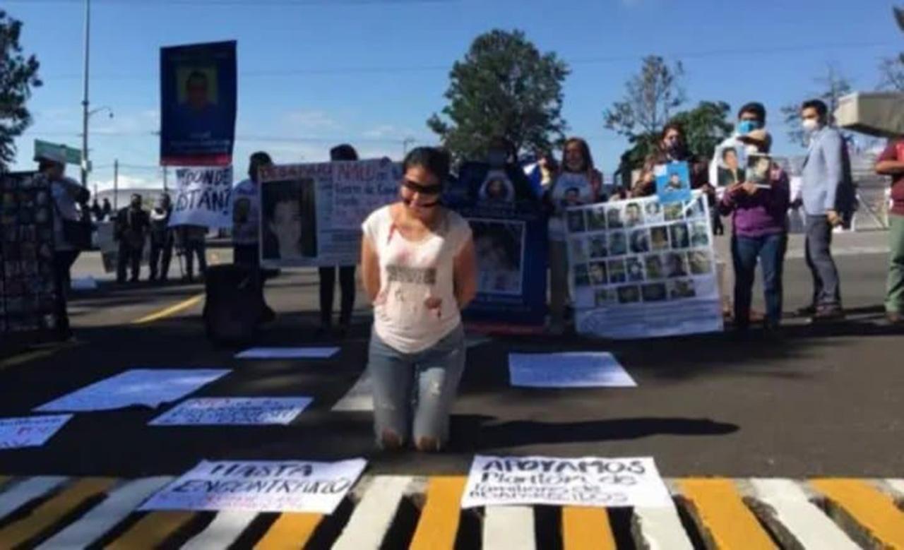 Familiares de desaparecidos reclaman a AMLO 'que los atienda como hizo con la madre del Chapo'