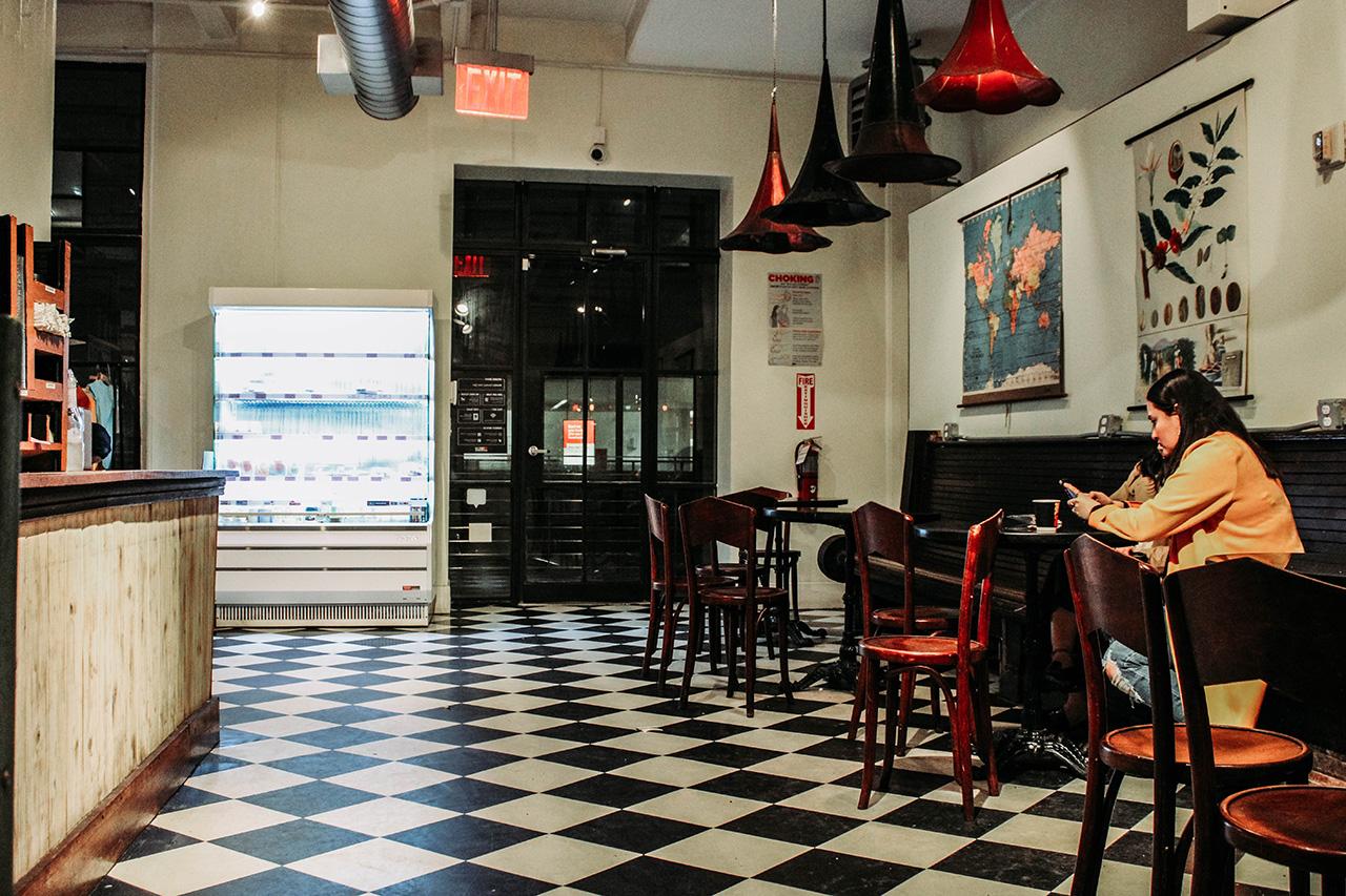 NY reabre peluquerías y cafés a pesar de repunte por Covid-19 en otros estados