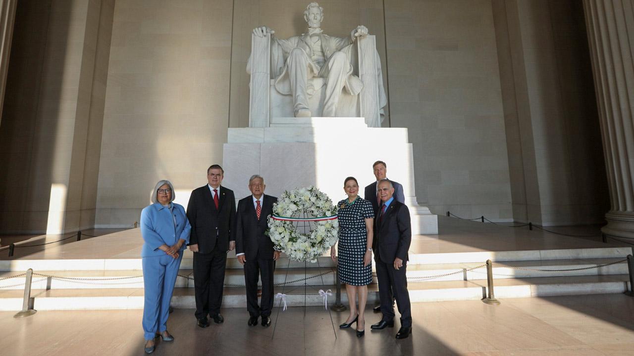 AMLO inicia gira por Washington: deposita ofrendas en los monumentos a Lincoln y Juárez