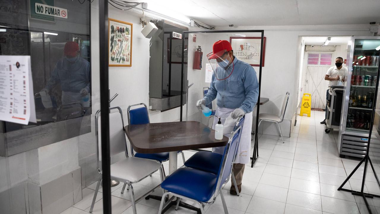 ¿Cómo organizar una comida segura pese a Covid-19? Epidemióloga lo explica