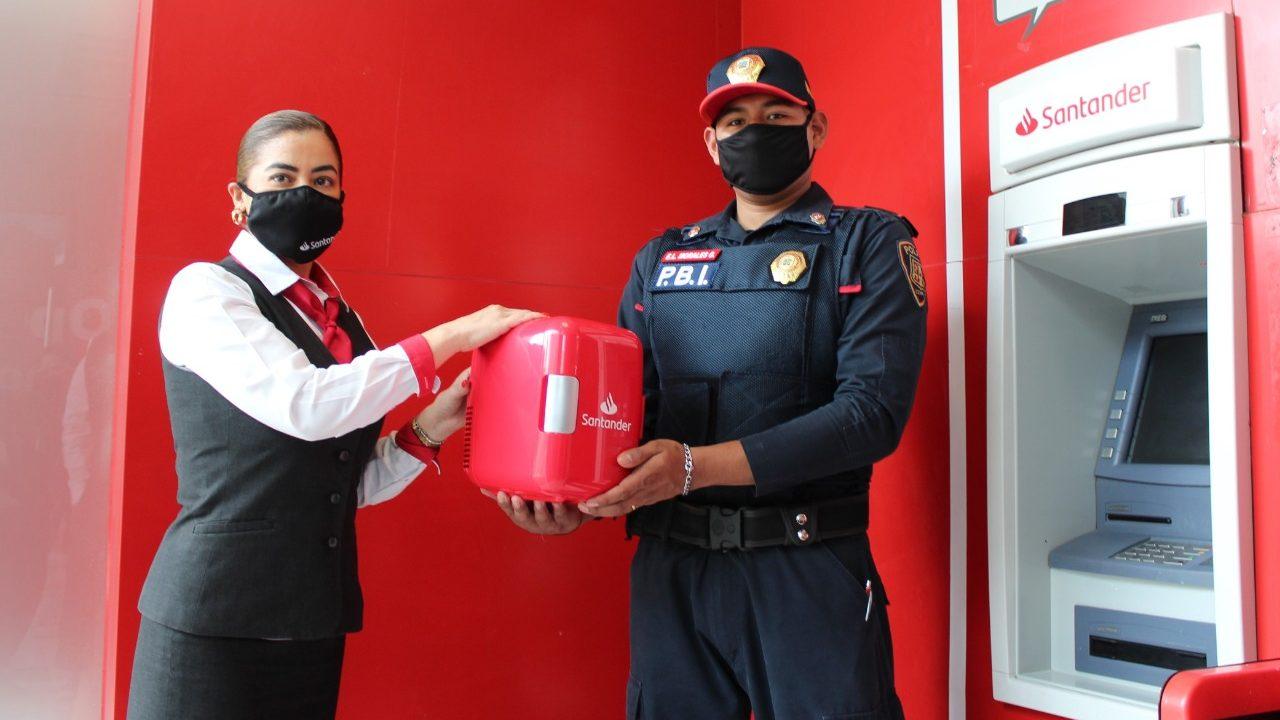 Santander premia a policía por devolver billetes olvidados en cajero