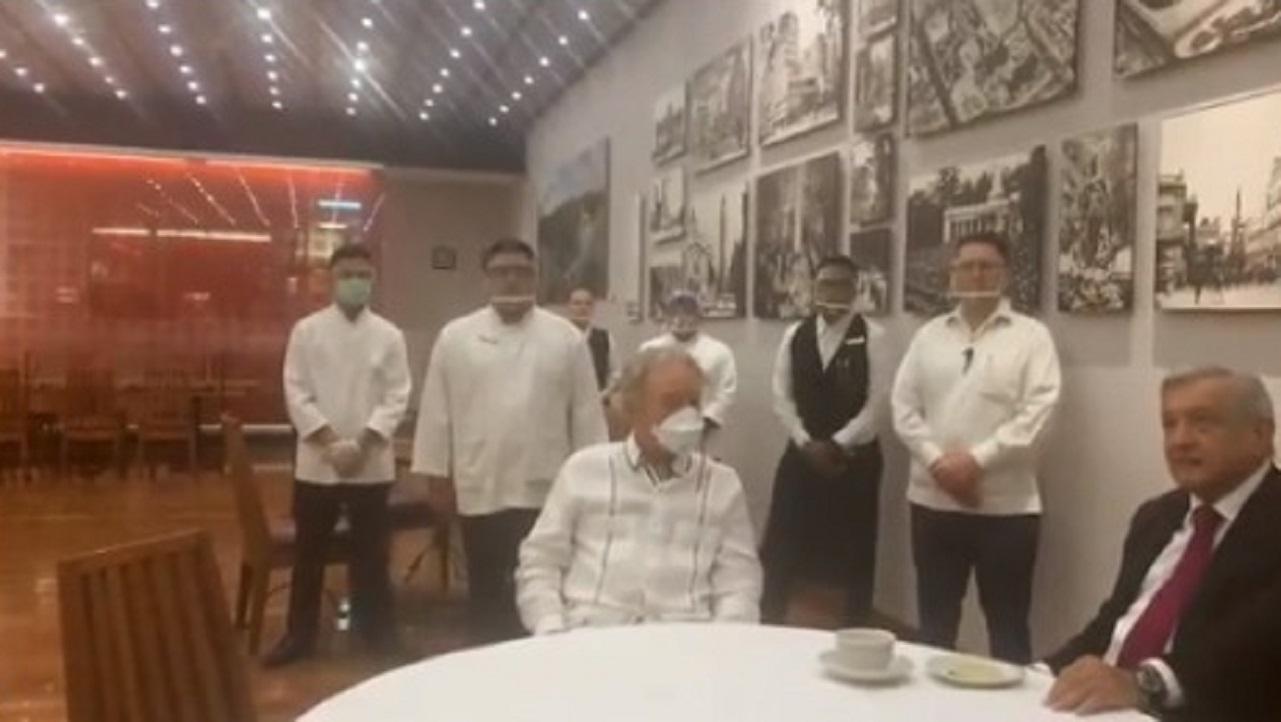 AMLO visita restaurante sin cubrebocas; invita a reactivar la economía