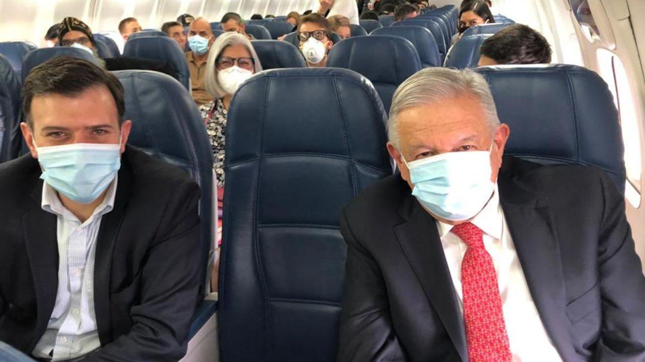 AMLO viaja a Washington con cubrebocas • Forbes México