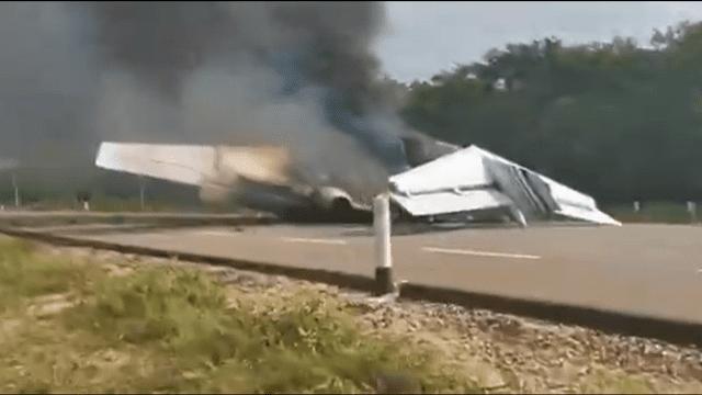 avioneta-incendio-carretera