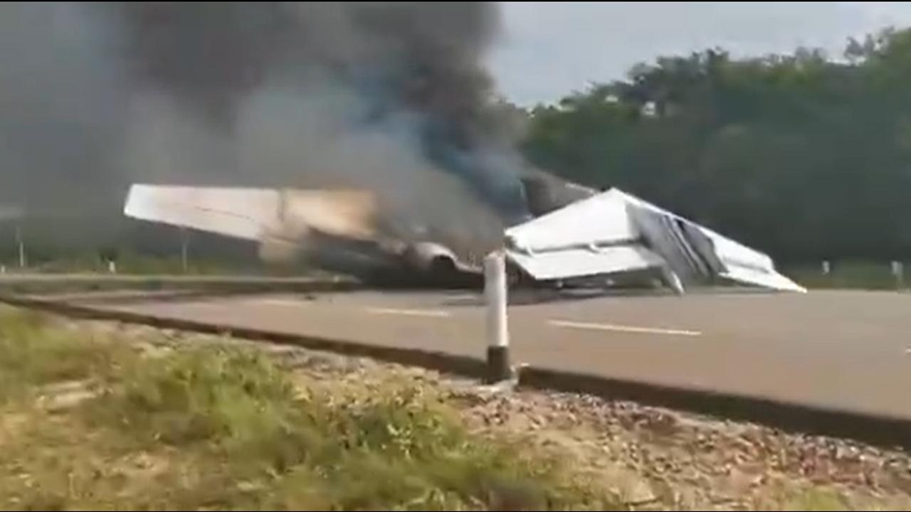 Presunta avioneta del narco se incendia en carretera de Quintana Roo