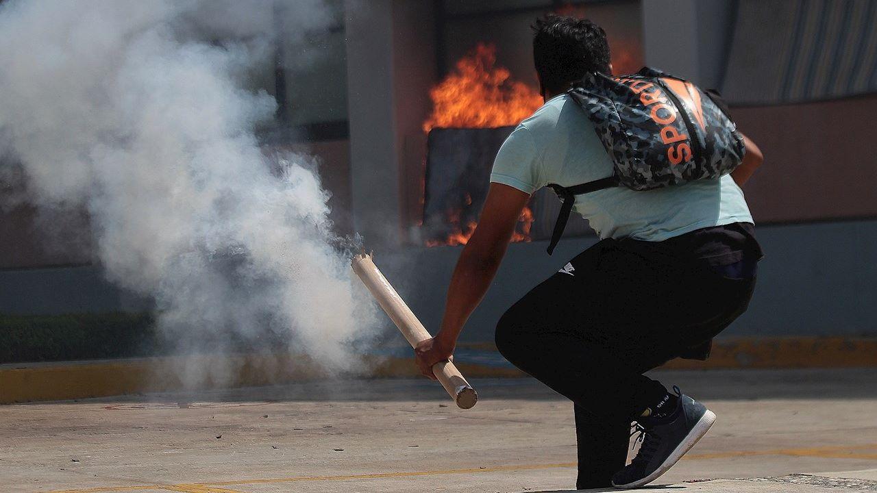 Normalistas de Ayotzinapa protestan en Congreso de Guerrero; incendian fachada