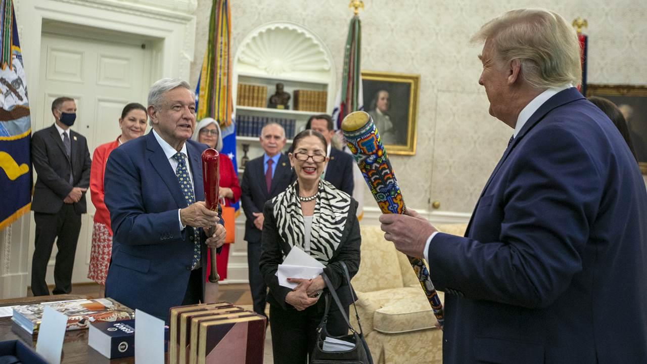 AMLO y Trump intercambian bats de beisbol como regalo protocolario