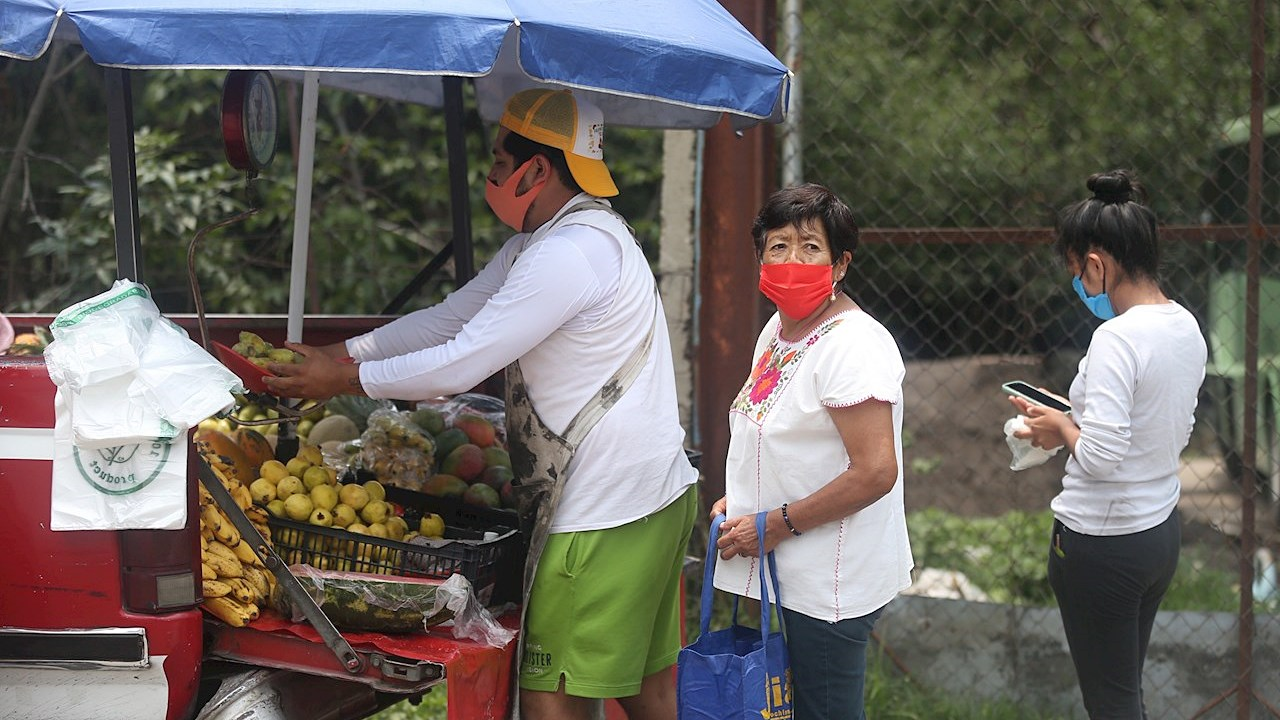 La mayoría de la población se arriesga al contagio para no perder el empleo: Oxfam