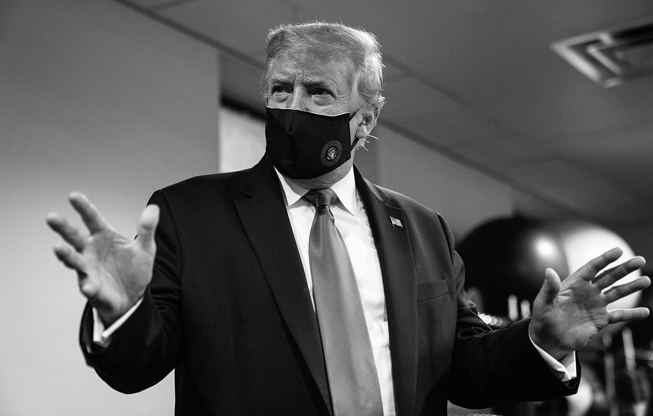 Trump se pone cubrebocas por primera vez y dice que su uso es 'patriótico'