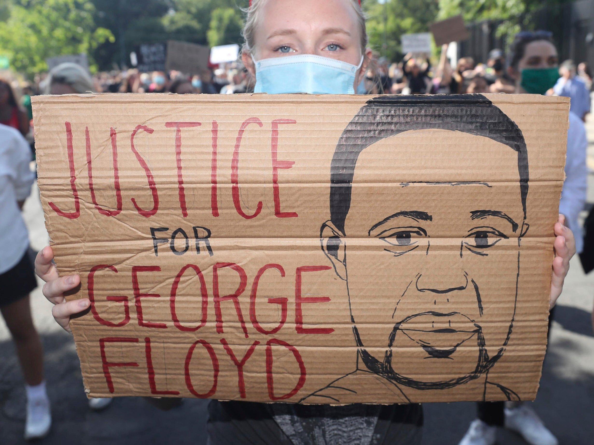 Familia de George Floyd demanda a Minneapolis y 4 policías por su muerte