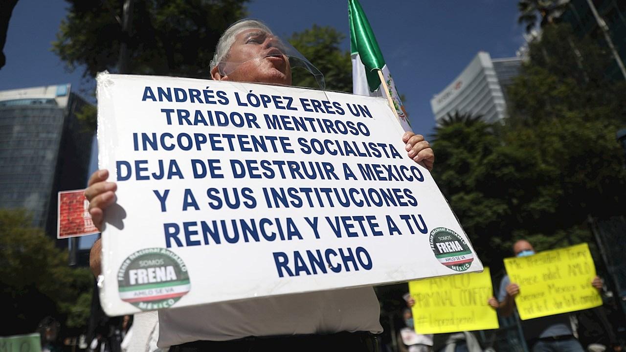 Protestan en embajada de EU en México por visita de AMLO a Trump