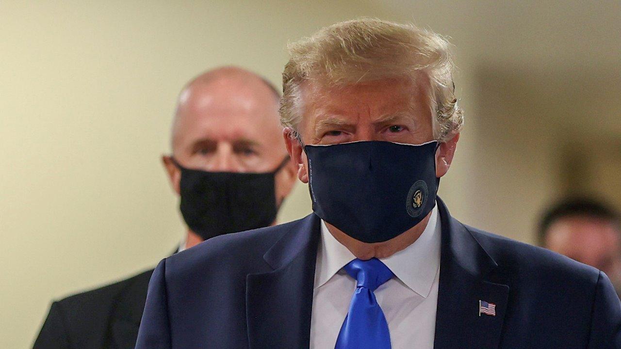 Trump aparece por primera vez en público con cubrebocas