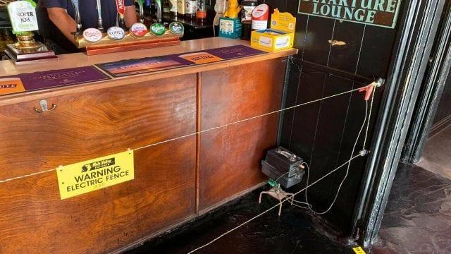 valla eléctrica-bar-inglaterra-distanciamiento