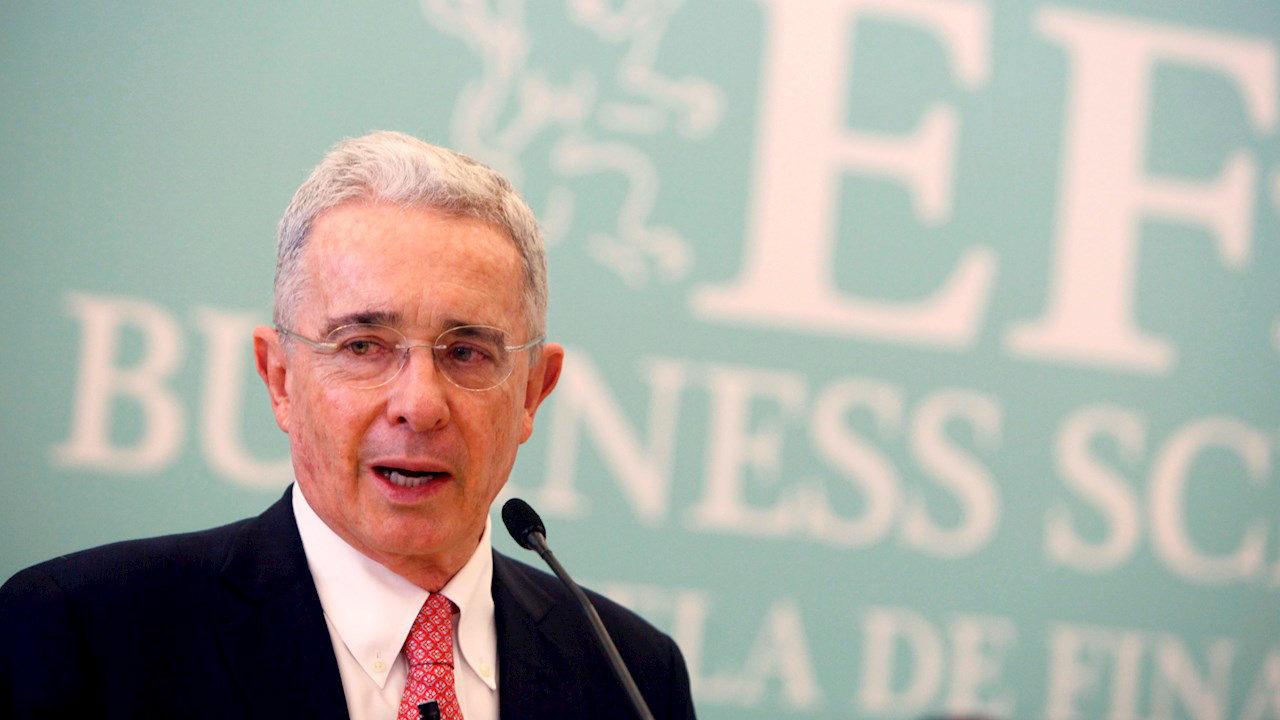 EU pide libertad del expresidente Álvaro Uribe; lo llama 'héroe'