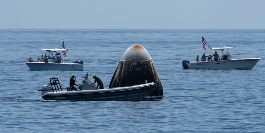 La nave espacial SpaceX Crew Dragon Endeavor es vista mientras aterriza con los astronautas de la NASA Robert Behnken y Douglas Hurley a bordo en el Golfo de México frente a la costa de Pensacola, Florida, el domingo 2 de agosto de 2020. El vuelo de prueba Demo-2 para el comercial de la NASA Crew Program fue el primero en enviar astronautas a la Estación Espacial Internacional y devolverlos de manera segura a la Tierra a bordo de una nave espacial construida y operada comercialmente. Behnken y Hurley regresaron después de pasar 64 días en el espacio. Crédito de la foto: (NASA / Bill Ingalls)