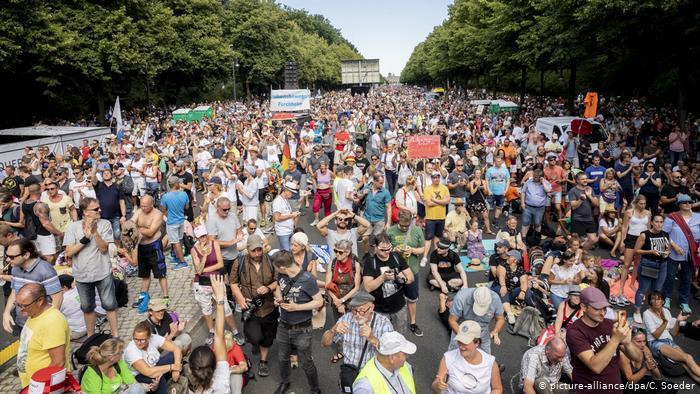 Bill Gates y las vacunas: blanco de las protestas en Berlín
