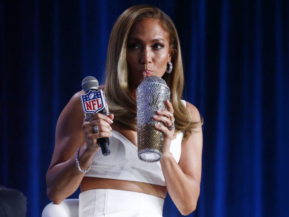 "Jennifer Lopez se prepara para lanzar su línea de maquillaje ""JLo Beauty"""