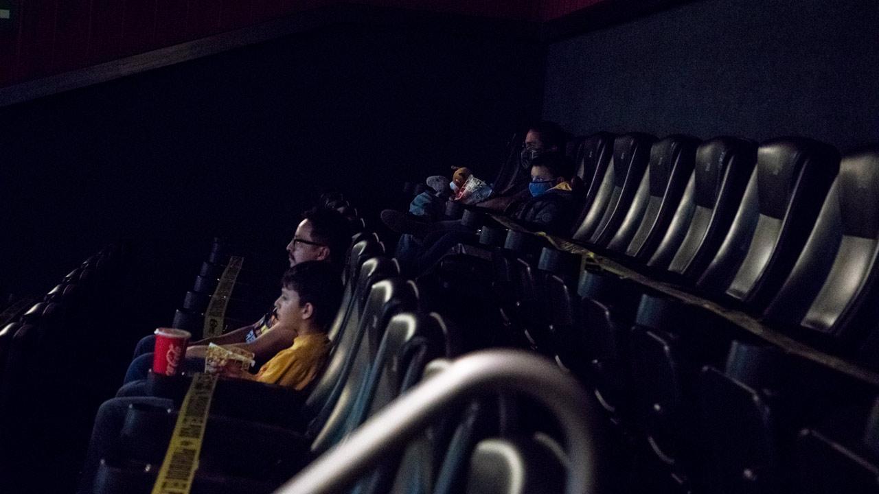 Cines abren, pero reciben apenas 3% de sus asistentes