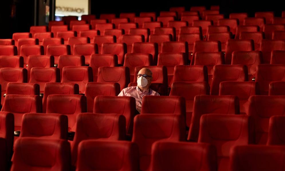 Por Covid-19, Italia cierra cines y teatros; recorta horario a bares y restaurantes
