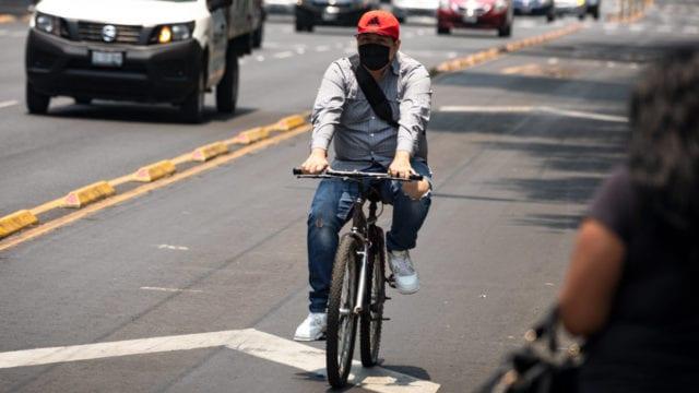 bicicleta coronavirus joven jóvenes cubre boca cubrebocas