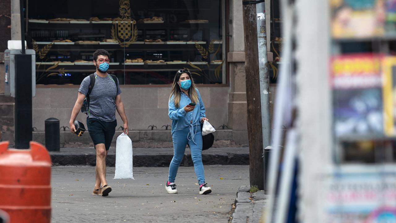 joven jóvenes Coronavirus, covid-19, cubreobocas, cubre boca, gente en la calle pandemia 2020