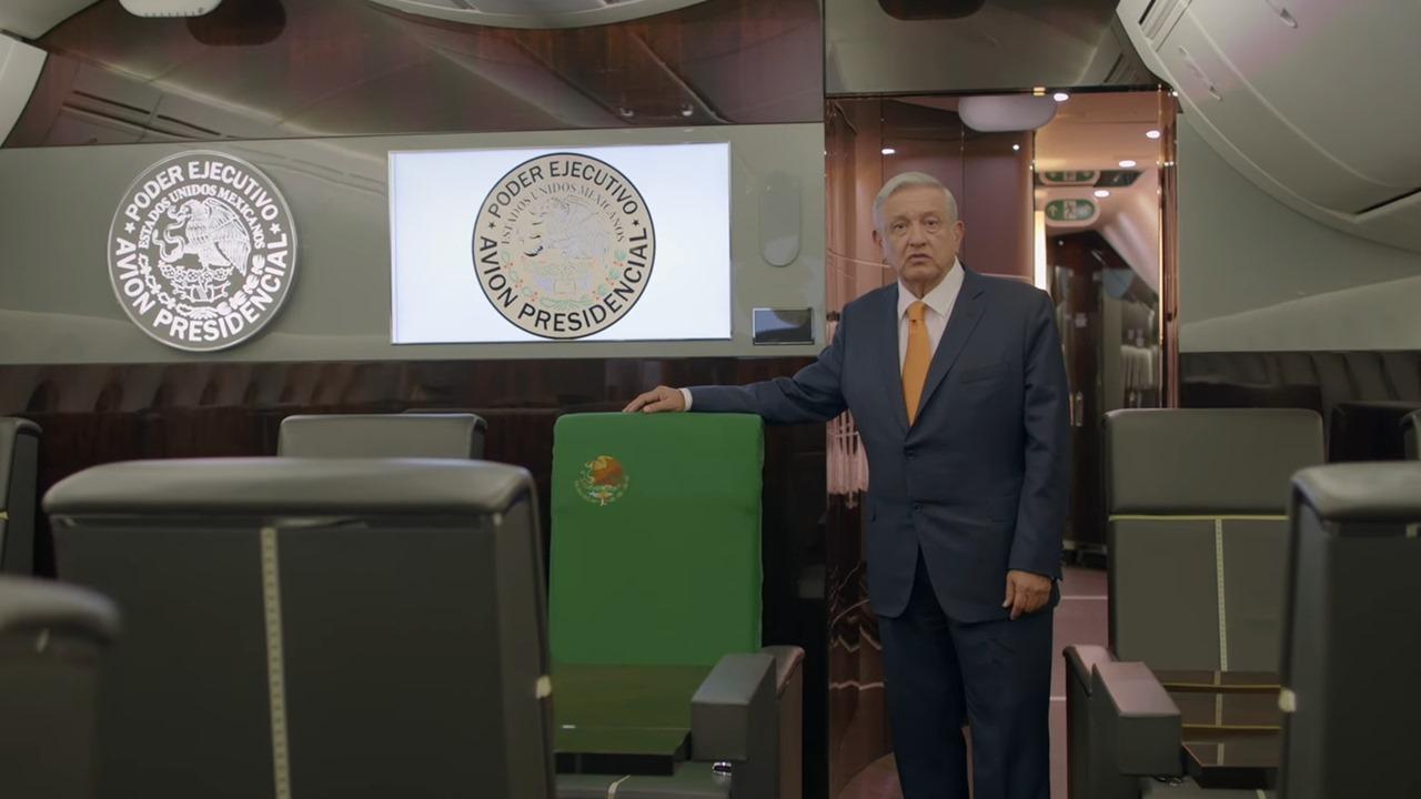 'Compra tu cachito', dice AMLO desde el avión presidencial