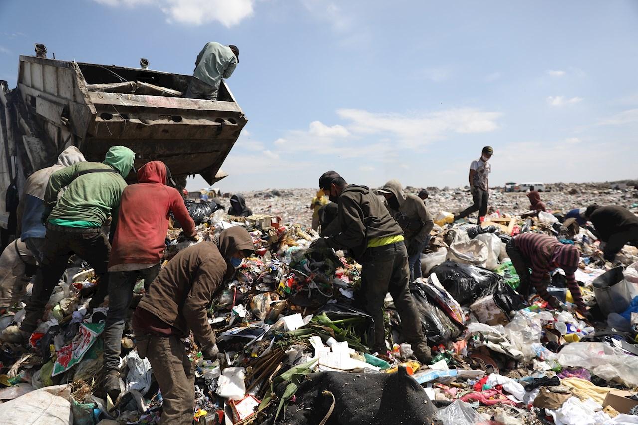 Entre basura y el contagio, así se vive la pandemia en un tiradero de Neza