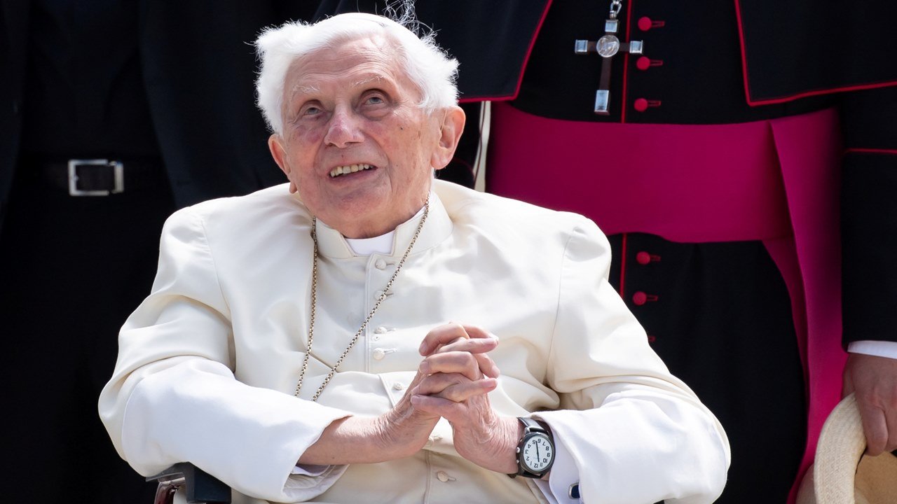 Papa emérito Benedicto XVI se encuentra gravemente enfermo, reporta biógrafo