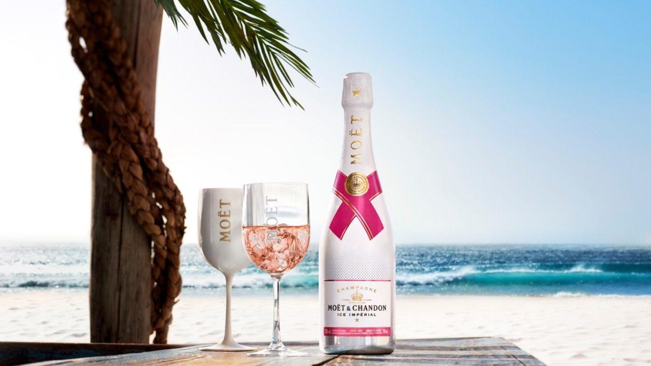Un champagne en las rocas, el compañero perfecto para un verano inolvidable