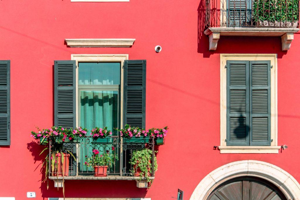 departamento con balcón y cortinas verdes.