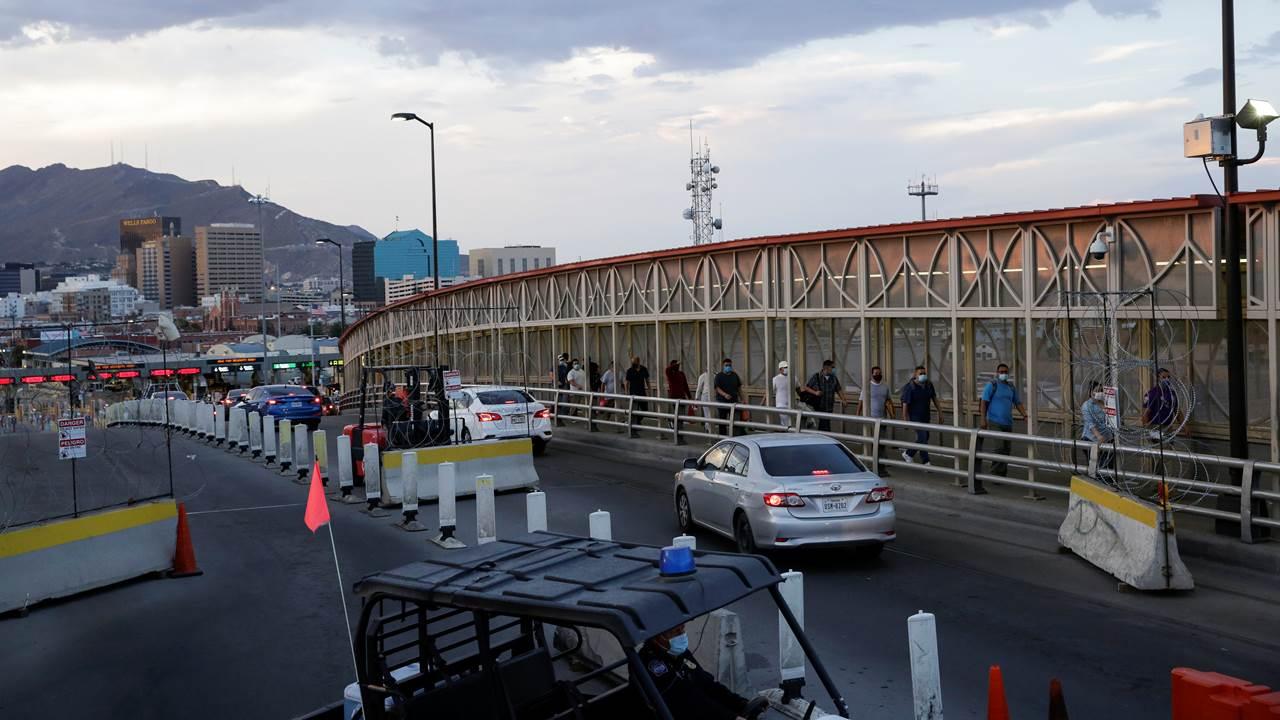 EU cierra carriles y refuerza controles en frontera con México para contener Covid-19