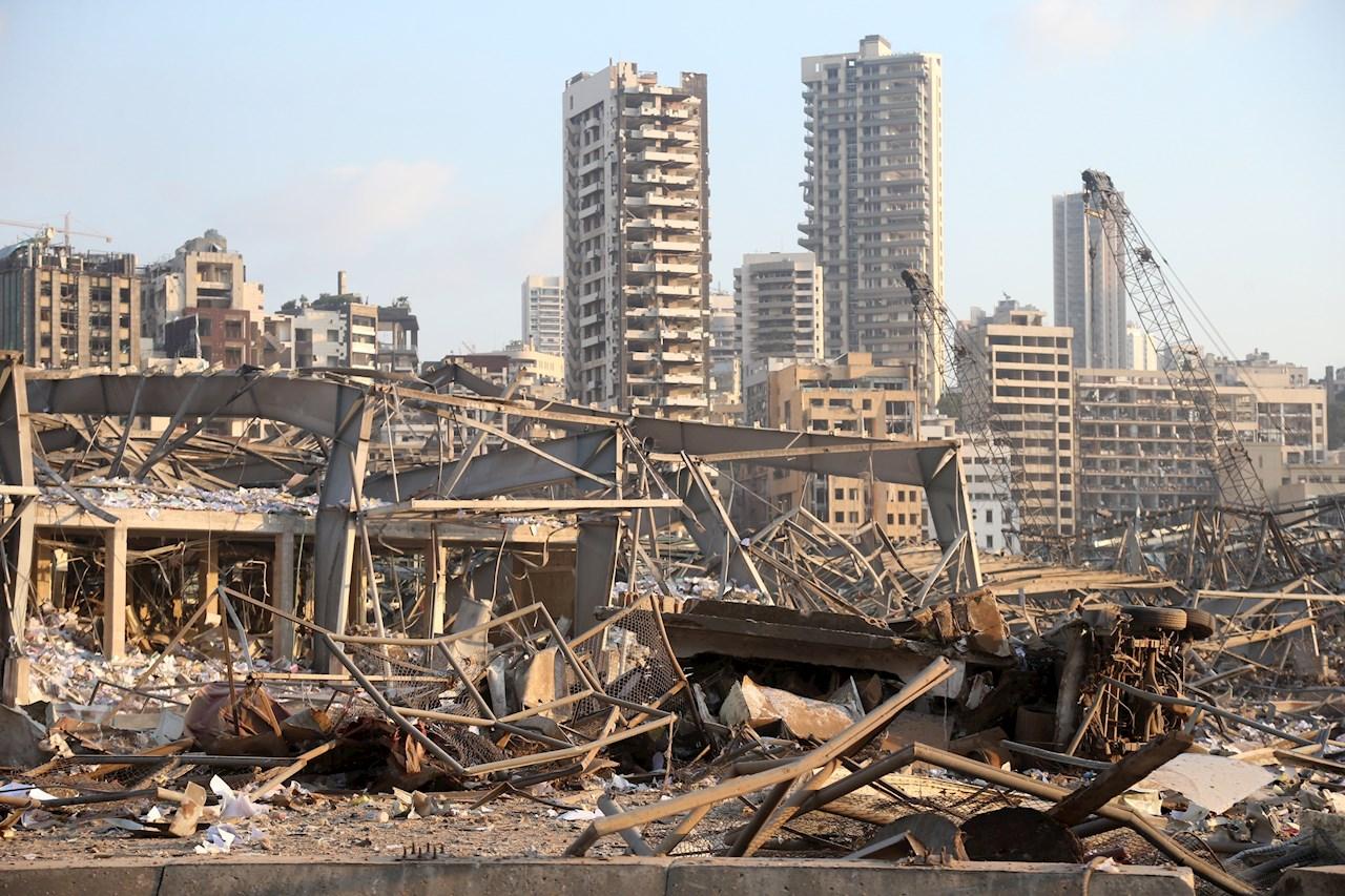 Explosión en Beirut pudo ser por interferencia externa con cohete o bomba: presidente de Líbano